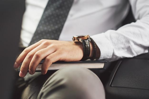 Business hand writing notes fotelik samochodowy. przygotowanie do spotkania