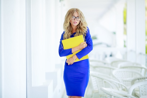 Business lady z żółtym folderem