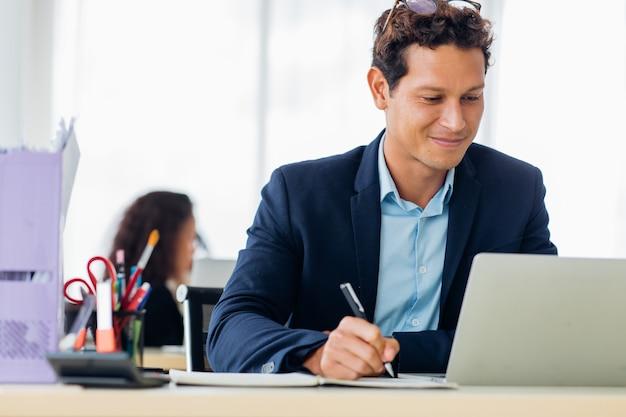 Business man entrepreneu pracy na laptopie kolega na tle w domowym biurze.