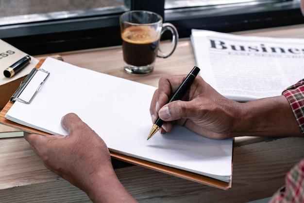 Business manager pisania na białym papierze.