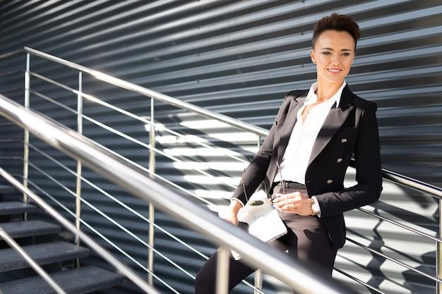 Business on the go, koncepcja młodej kobiety sukcesu w biznesie, profesjonalisty w zarządzaniu firmą