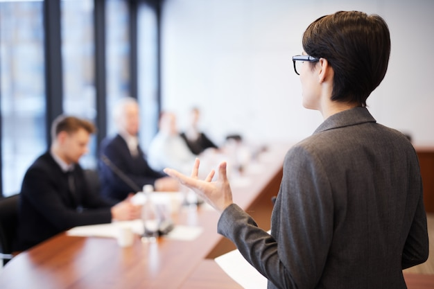 Business student daje prezentację