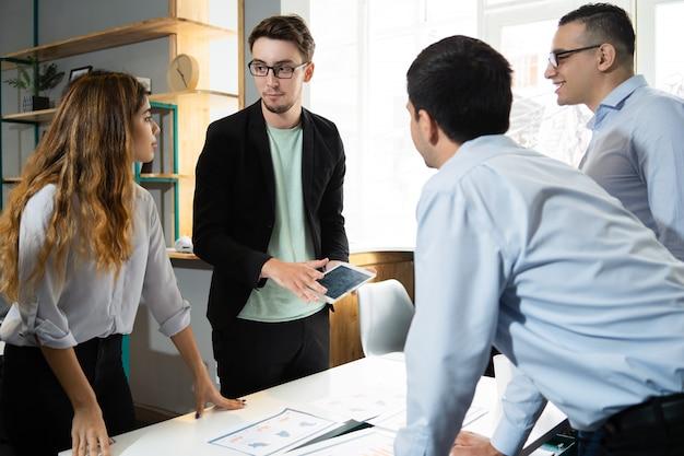 Business team początek spotkanie firmowe