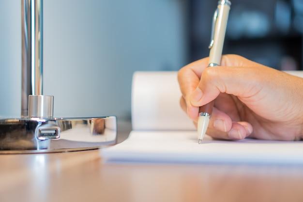 Business woman manager sprawdza i podpisuje wnioskodawcę wypełniając dokumenty raportuje firmę papierniczą