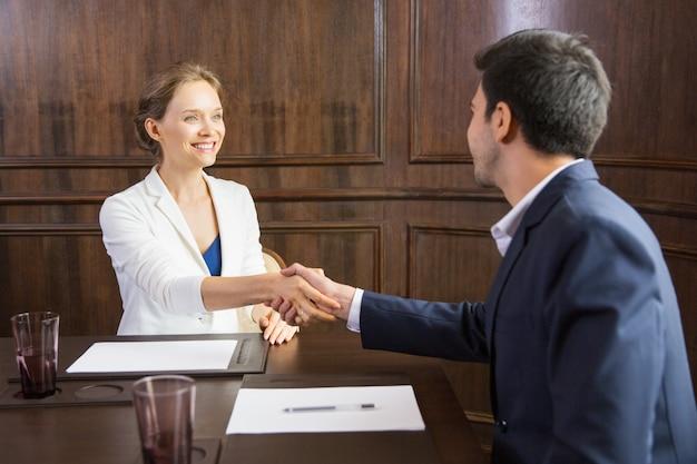 Business woman uścisk dłoni z człowiekiem