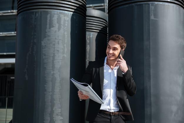 Businessan rozmawia na zewnątrz