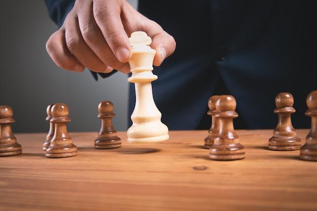 Businessma z szachy na powierzchni drewnianych