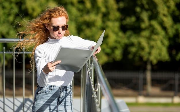 Businesswoman czyta dokument na zewnątrz