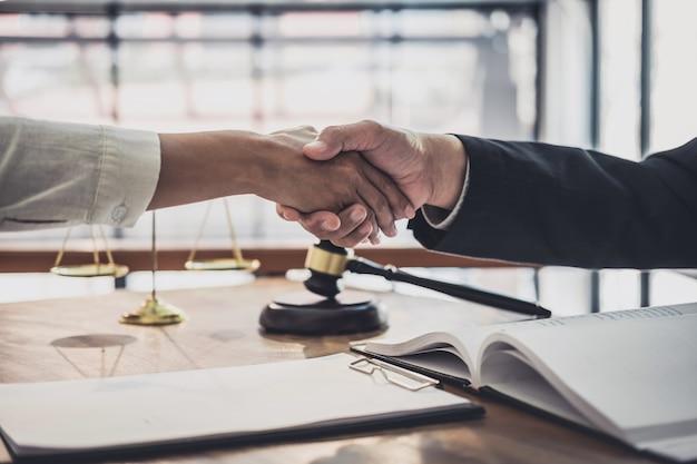 Businesswoman drżenie rąk z profesjonalnym prawnikiem płci męskiej po omówieniu dobrej umowy