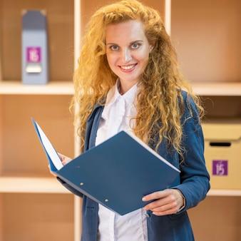 Businesswoman gospodarstwa niebieski folder dokumentów