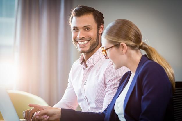 Businesswoman interakcji z kolegą