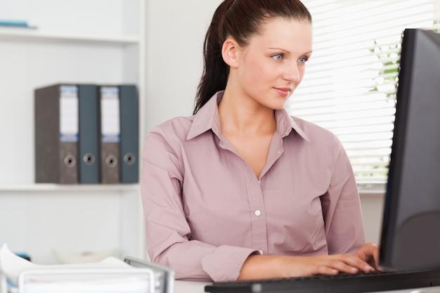 Businesswoman koncentrując się na ekranie
