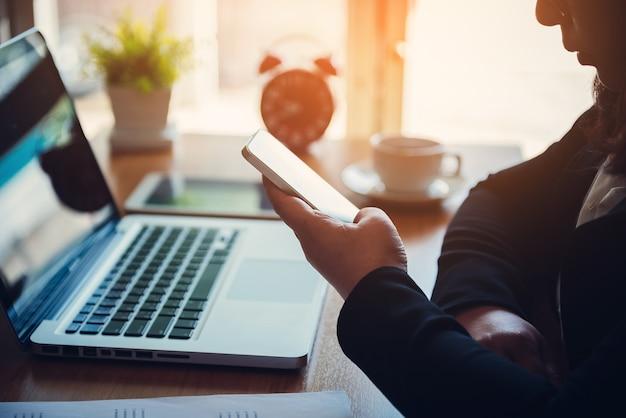 Businesswoman nawiązywania połączenia za pomocą inteligentnego telefonu