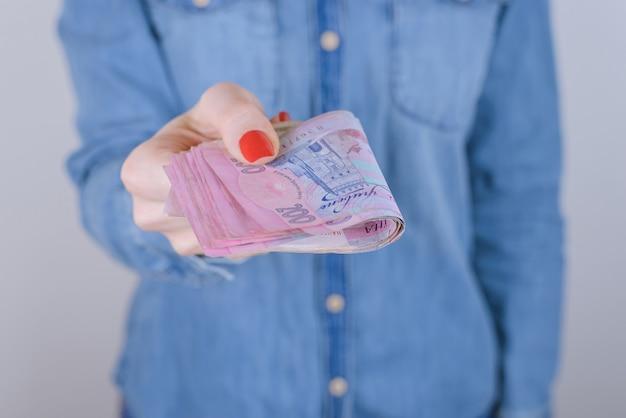 Businesswoman ogłoszenie ostatni bankomat 200 sprawiają, że ludzie pożyczają pożyczać pożyczać zebrać weź błagać rachunek pożyczki pomysł papier dług gospodarka inwestycja finansowa koncepcja. przycięte zbliżenie zdjęcia gotówki na białym tle