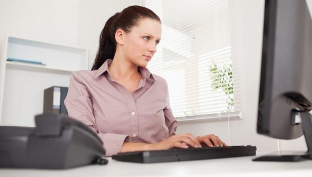 Businesswoman pisania na klawiaturze
