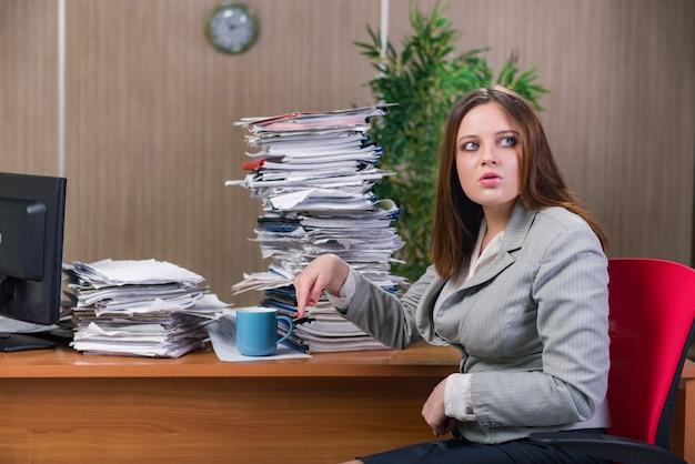 Businesswoman pod wpływem stresu pracuje w biurze