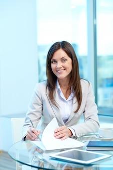Businesswoman podpisania umowy