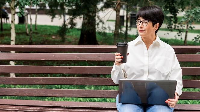Businesswoman pracy na zewnątrz miejsca kopiowania