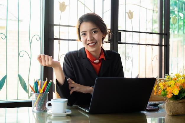 Businesswoman pracy z laptopem w stacji roboczej.