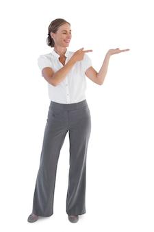 Businesswoman przedstawiając coś
