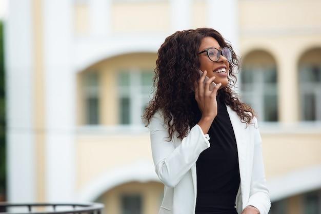 Businesswoman rozmawia przez telefon