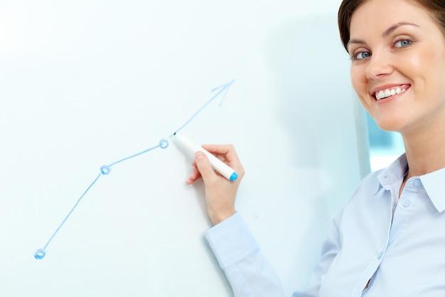 Businesswoman rysunek na tablicy