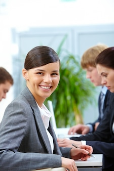 Businesswoman siedzi i uśmiecha się w pracy