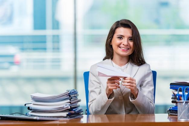 Businesswoman siedzi przy biurku
