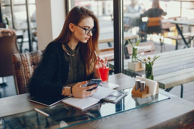 Businesswoman siedzi w kawiarni