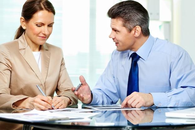 Businesswoman słuchania jej klienta