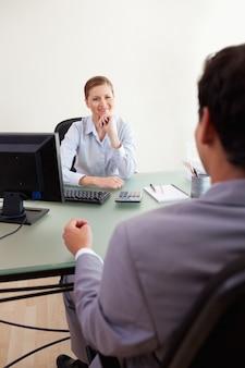 Businesswoman słuchania klienta