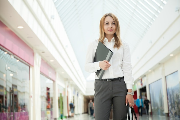 Businesswoman spaceru w centrum handlowym