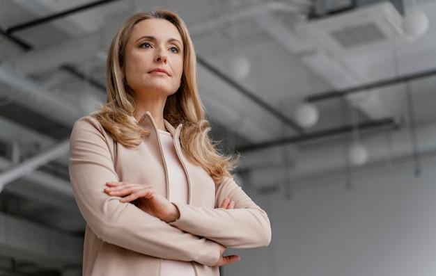 Businesswoman stwarzających z rękami skrzyżowanymi z miejsca na kopię