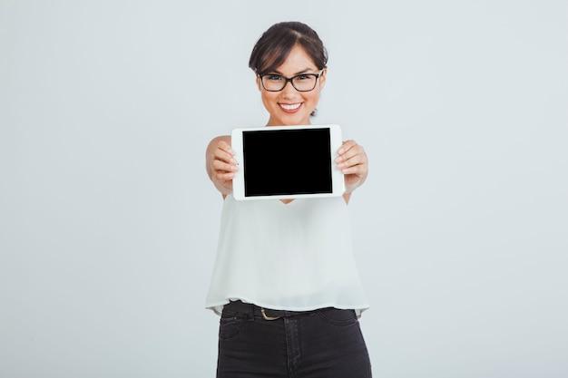 Businesswoman stwarzaję ... cych z tabletem