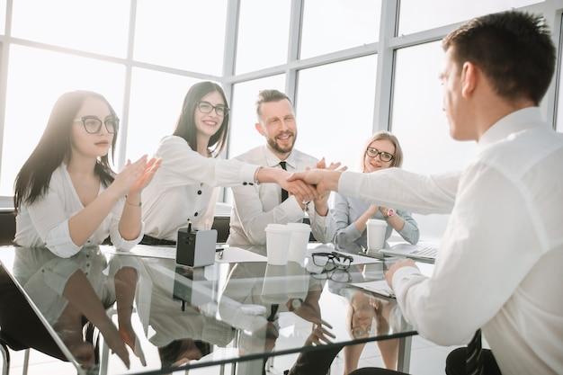 Businesswoman uścisk dłoni z nowym pracownikiem. koncepcja udanego castingu biznesowego