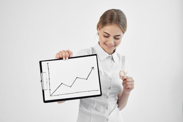 Businesswoman uznanie waluty wirtualne pieniądze gospodarki na białym tle. zdjęcie wysokiej jakości