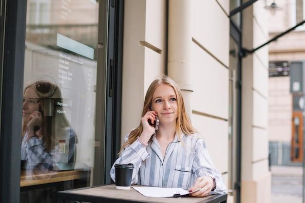 Businesswoman w kawiarni