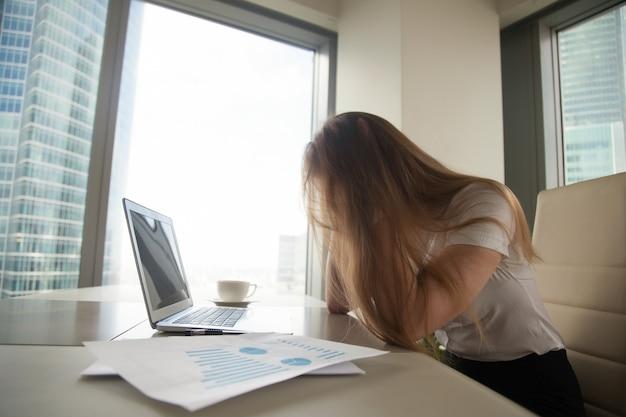 Businesswoman w rozpaczy z powodu kryzysu