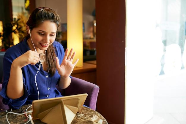 Businesswoman wideokonferencji ze swoim partnerem