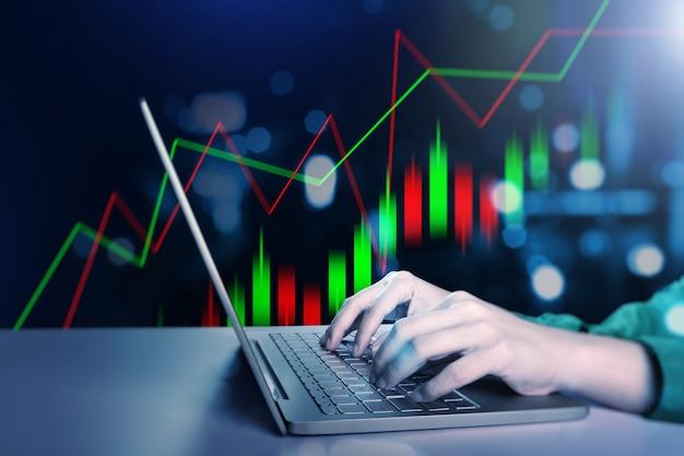 Businesswoman wpisując na laptopie z wirtualnym wykresem słupkowym dolara z cyfrowym tłem
