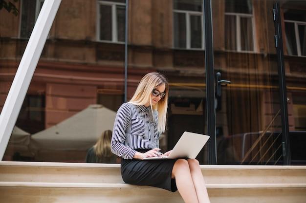 Businesswoman z laptopem