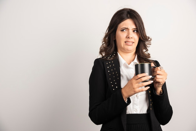 Businesswoman zaniepokojony czymś na białym