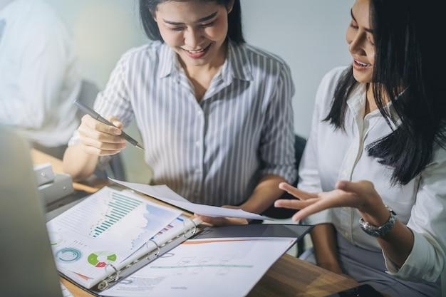 Businesswomen analizowania danych razem w pracy zespołowej dla planowania i uruchamiania nowego projektu