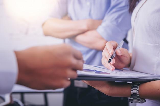 Businesswomen analizowanie danych razem w pracy zespołowej dla planowania i uruchamiania nowego projektu