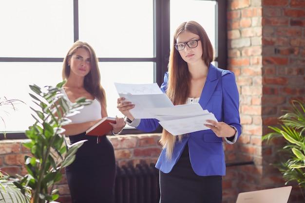 Businesswomen na spotkaniu w biurze