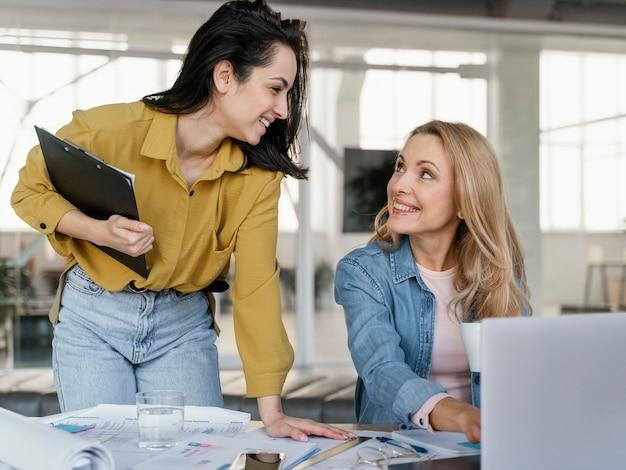 Businesswomen rozmawia, patrząc na siebie