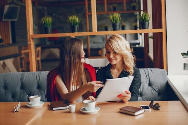 Businesswomen w caffe