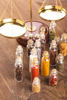 Buteleczki z przyprawami i łuskami na stole, kuchnia wedyjska