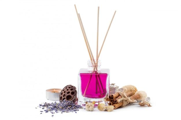 Butelka aromatycznego olejku lub spa lub naturalnego olejku zapachowego z suchym kwiatem