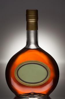 Butelka brandy w owalnej butelce